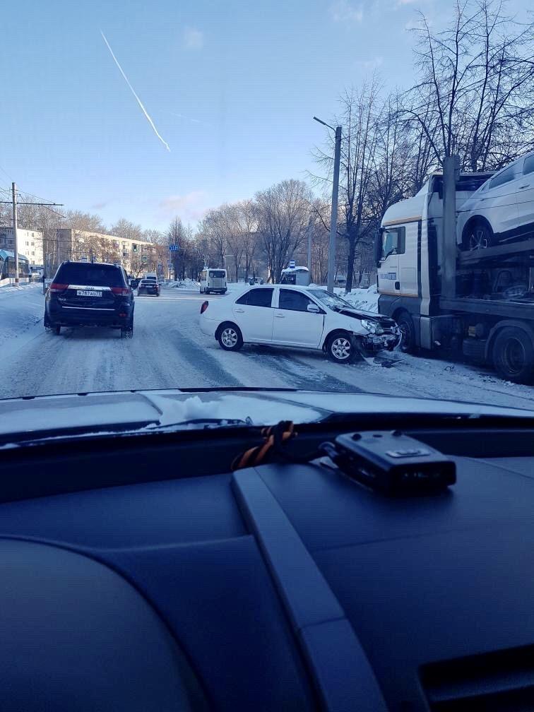 Легковушка врезалась в автопоезд в Засвияжье