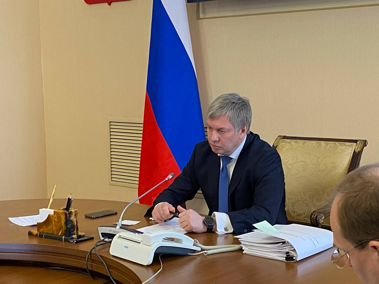 Русских осторожно расставляет в правительстве своих людей