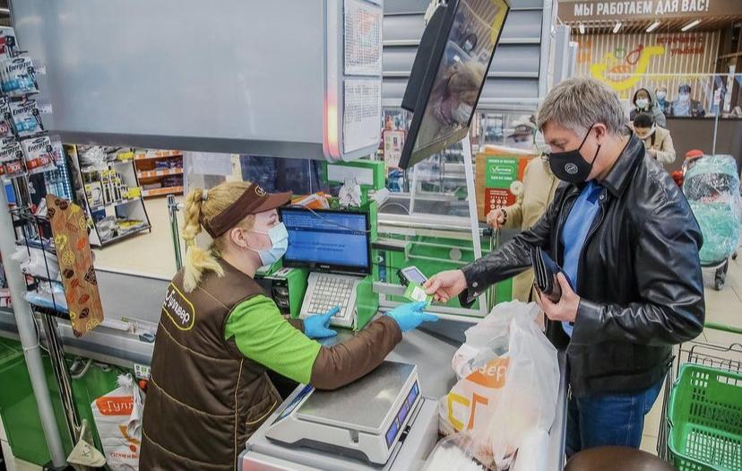 Русских закупился в продуктовом магазине: йогурт, морковка, колбаса. Домашние оценили