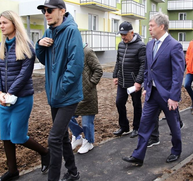 «К 2023 году закрыть проблему полностью». Русских встретился с дольщиками «Волжских кварталов»