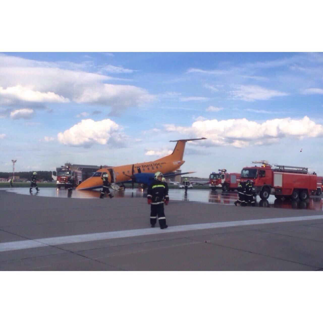 В Домодедово аварийно сел самолет с не выпущенным шасси