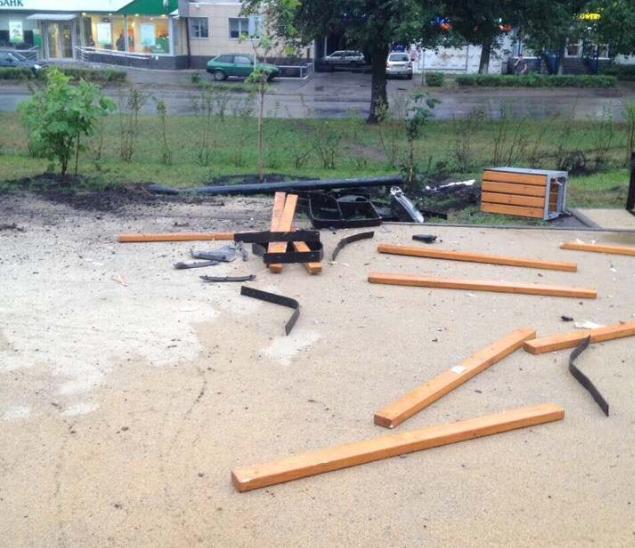 В Димитровграде автоледи снесла лавочки и урны на пешеходной аллее
