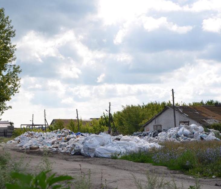 Чтобы попасть на мусорное предприятие в Луговом, чиновникам пришлось вызывать полицию