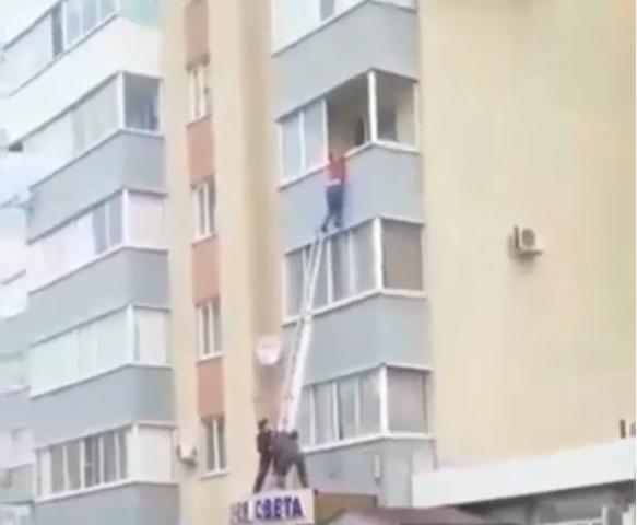 На проспекте Ульяновском монтажники спасли парня, повисшего на балконе
