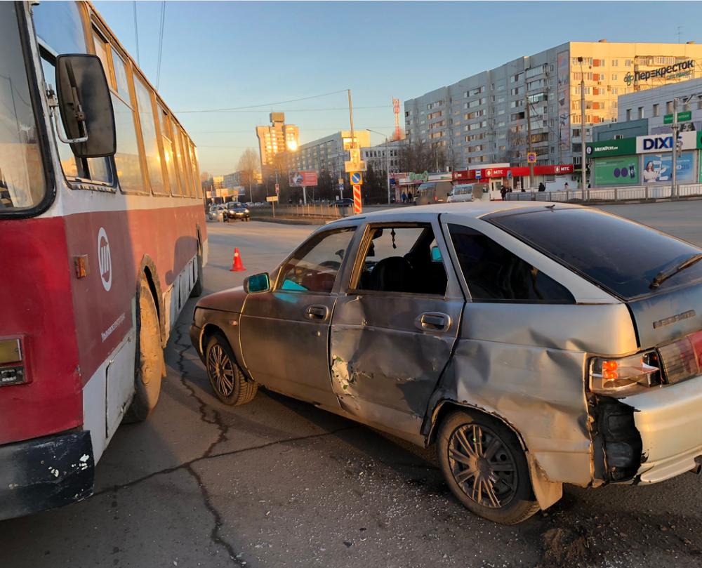 В Новом городе легковушка врезалась в троллейбус, есть пострадавшие (видео)