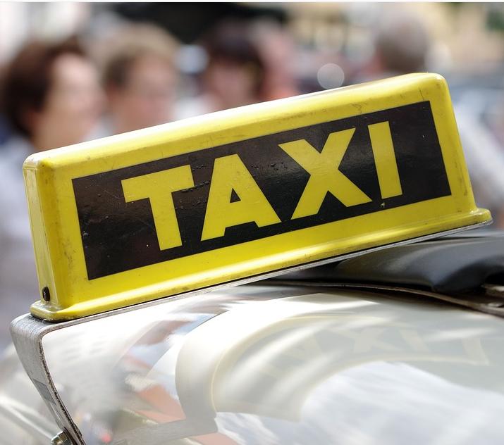 Парень из Заволжья украл у водителя телефон, когда ехал в такси
