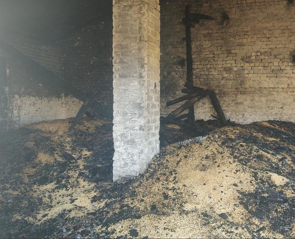 В Майнском районе огонь уничтожил 40 тонн зерна  и 15 тонн сена