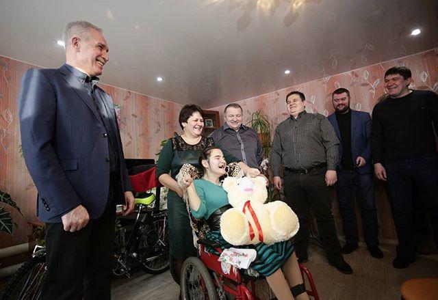 Сергей Морозов подарил девочке-инвалиду специальный велосипед