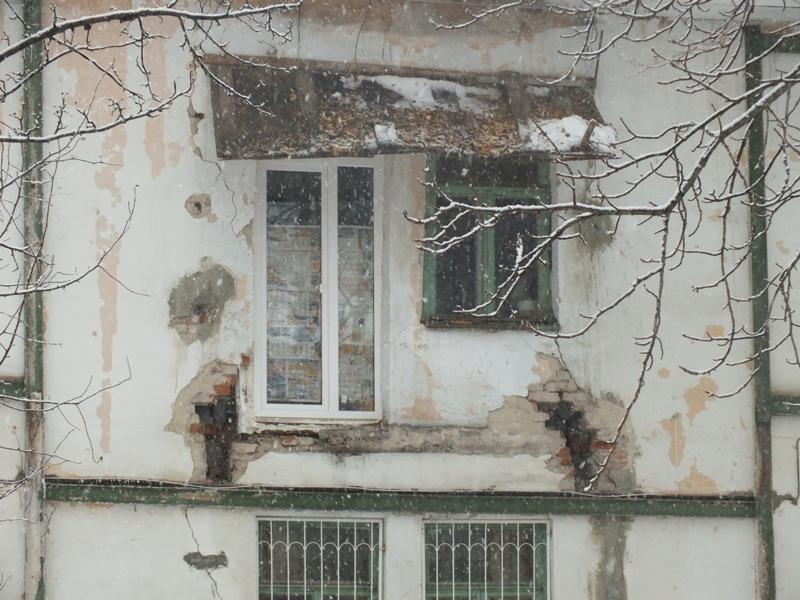 Упавший балкон на новгородской едва не зацепил проходившую м.