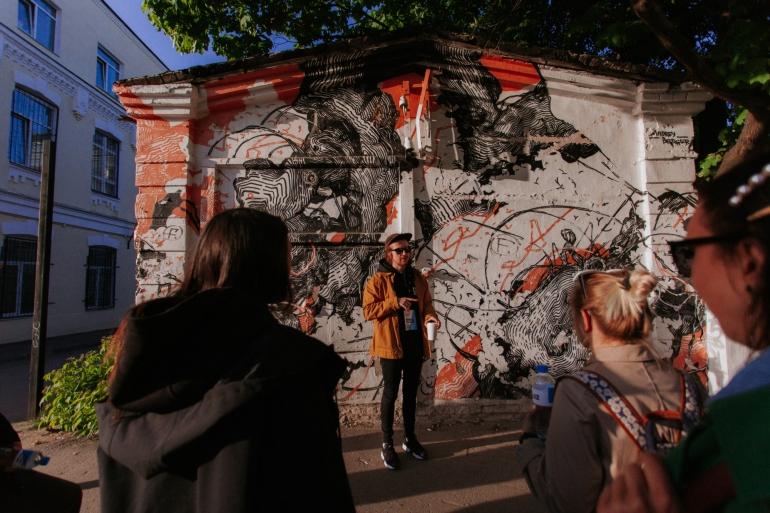Tele2 приглашает посетить лучшие музеи Москвы и Санкт-Петербурга со звездными экскурсоводами